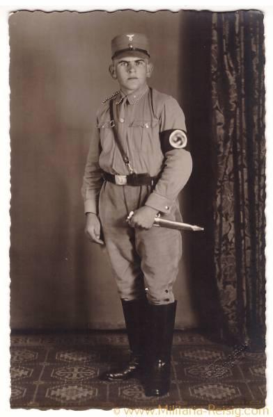 Foto Postkarte eines Scharführers / SA Mann in Uniform, SA Dienstdolch, Parteiabzeichen