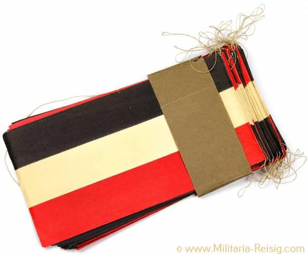 Flaggenkette aus PapIer, besteht aus 42 Flaggen, Maße pro Flagge ca. 22,5 x 12 cm.