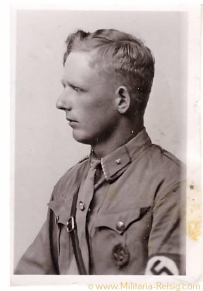 Foto eines Scharführers / SA Mann in Uniform, Sportabzeichen, Parteiabzeichen