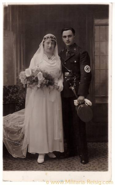 Foto Postkarte / Hochzeitsfoto eines Scharführers mit Ehefrau / SA Mann in Uniform, SA Dienstdolch