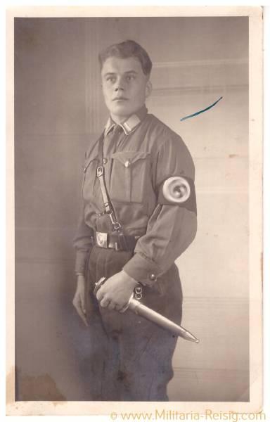 Foto Postkarte eines Sturmmannes / SA Mann in Uniform, SA Dienstdolch, Parteiabzeichen