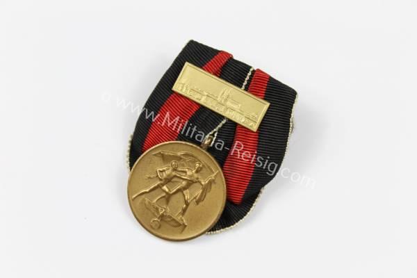 Medaille 1. Oktober mit Prager Burg an Einzelspange