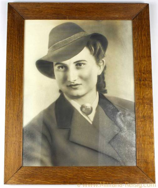 Reichsarbeitsdienst der weiblichen Jugend Portraitbild mit Brosche